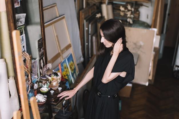 Современное искусство. вдохновение и творчество. женский художник в мастерской студии