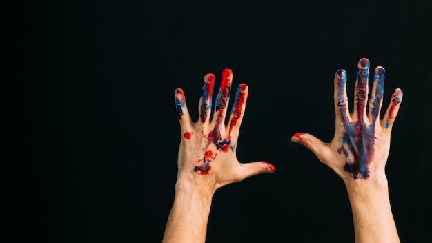 現代美術学校。クリエイティブなパフォーマンス。才能とインスピレーション。ペンキで汚れた男性の手のクローズアップ。スペースをコピーします。