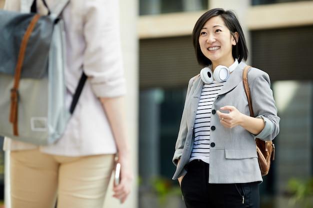 Современная азиатская женщина в городе