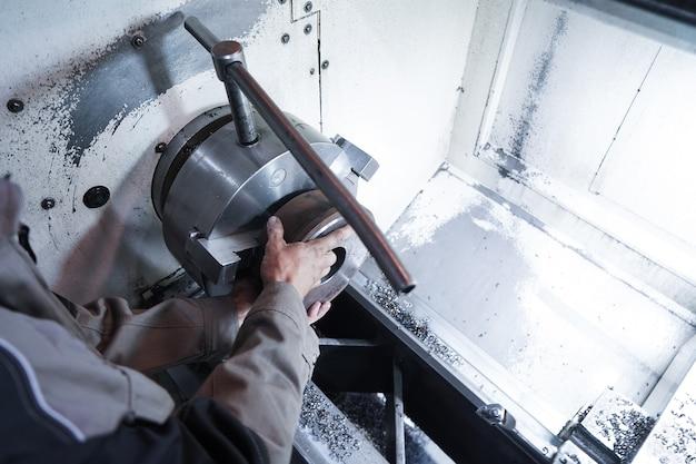 금속 부품, 파이프 및 예비품의 제조, 가공 및 밀링을위한 현대식 자동화 공장