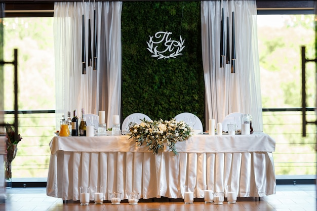 A modern banquet hall decorated with floristry wedding table decor elegant table setting