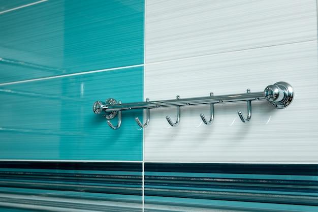Современный дизайн ванной в голубых тонах.
