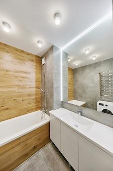 Современный интерьер ванной комнаты с большим стильным зеркалом. элементы интерьера квартиры.