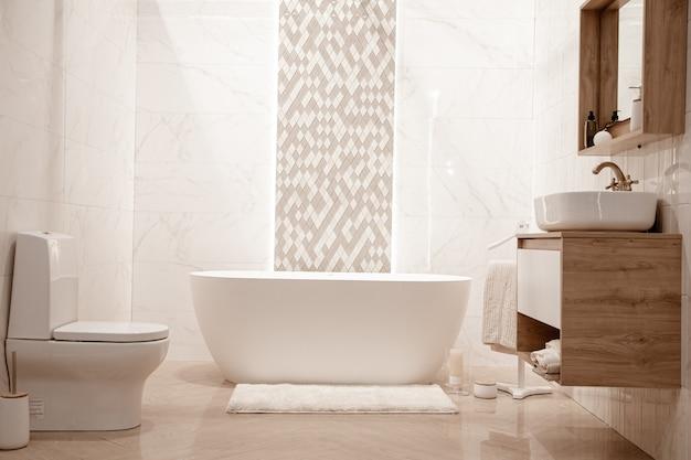 装飾的な要素を持つモダンなバスルームのインテリア。テキストのためのスペース。