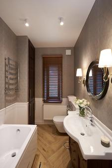 Интерьер современной ванной комнаты с каменной стеной