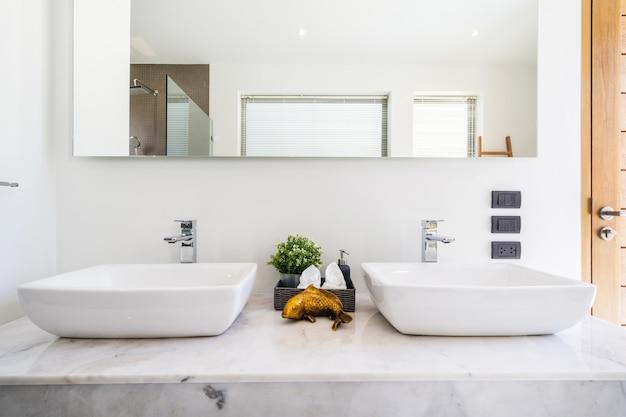 Современная ванная комната, душевая кабина и ванна в роскошной вилле