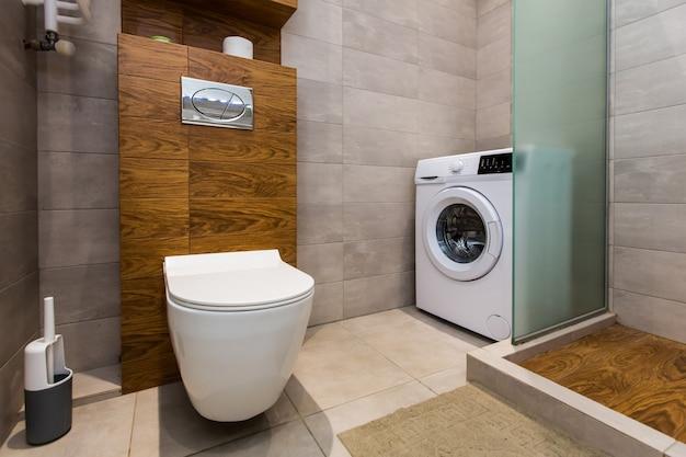 Современная ванная комната с душевой кабиной в небольшой квартире