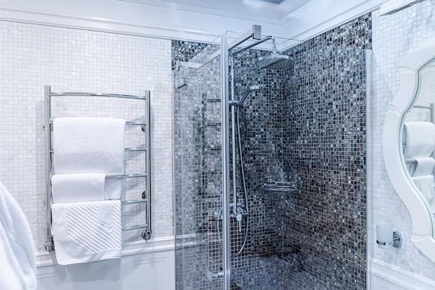 シャワー付きのモダンなバスルーム