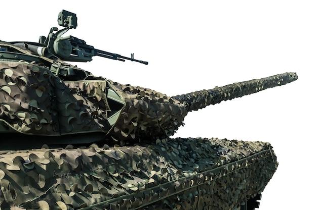 Современный боевой танк в маскировочной маскировочной сетке, изолированной на белом фоне