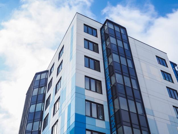 현대적이고 아름다운 새 건물. 푸른 하늘의 색된 벽입니다.