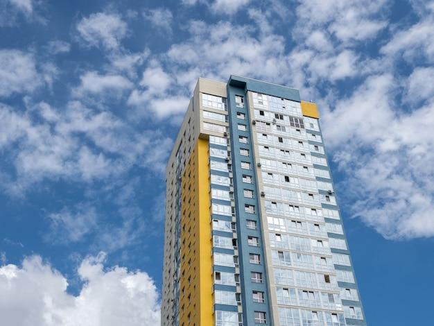 モダンで美しい新しい建物。青い空を背景に色付きの壁。