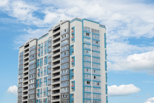 モダンで美しい新しい高層住宅。青い空を背景に色付きの壁。スペースをコピーします。