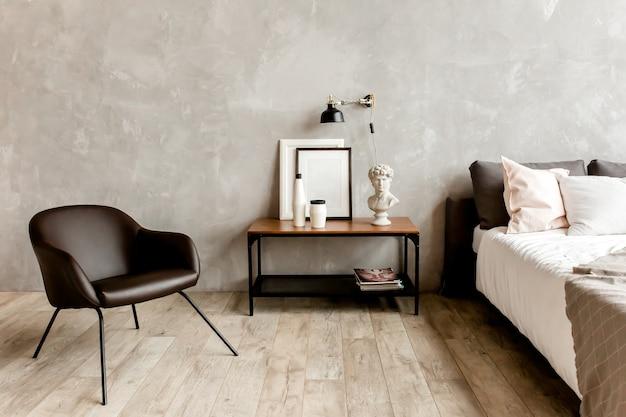 Современный интерьер спальни с черным креслом и столом на серой стене в интерьере гостиной