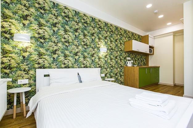 가구와 대형 침대가있는 현대적인 침실 객실