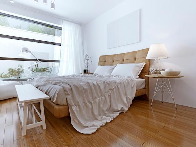 Современная спальня с окнами от пола до потолка, ламинатом из светлого дерева и большой кроватью.