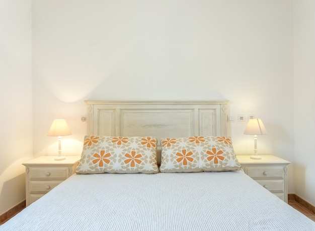 Современная спальня с абажурами, сфотографированная спереди.