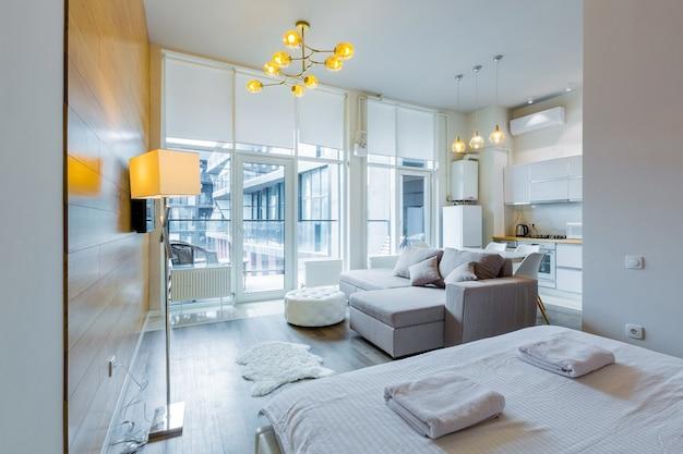 큰 세련된 침대 현대적인 디자인 whith 작은 부엌과 현대적인 침실