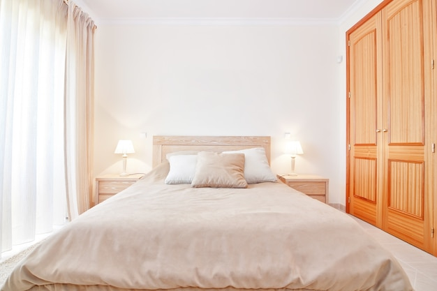 Современная спальня с новой кроватью. передний план.