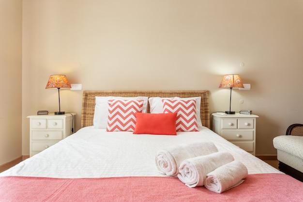 Современная спальня с подушками и кроватью для туристов. фронтально.