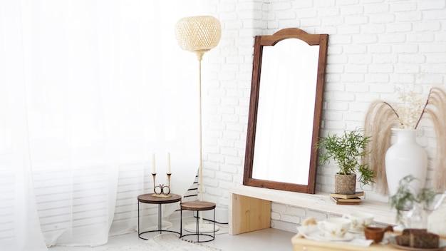 흰색 벽, 소박한, 보헤미안 및 스칸디나비아 스타일의 거울이 있는 현대적인 침실. 친환경 인테리어
