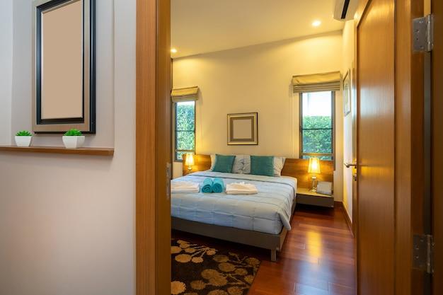 Современная спальня с рабочим столом и постельными принадлежностями Premium Фотографии