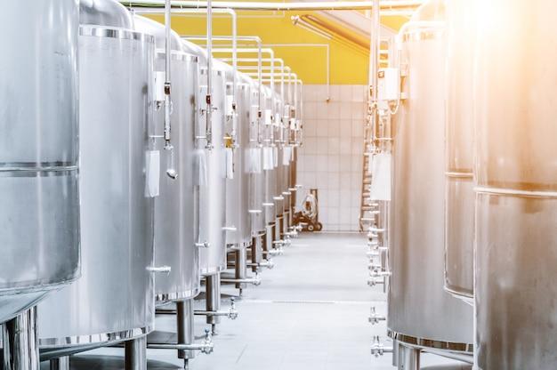 현대 맥주 공장. 맥주의 저장 및 발효를 위한 강철 탱크. 햇빛 효과