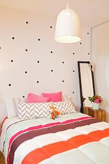 モダンな黒とピンクの女性の部屋