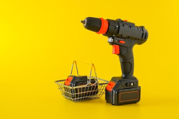 Современная черная аккумуляторная отвертка, дрель с корзиной для покупок, место для текста