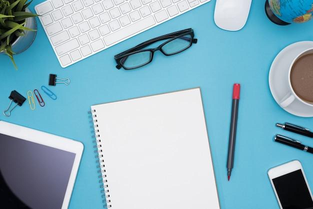 コンピュータと他の消耗品と現代的な青のオフィスデスクテーブル