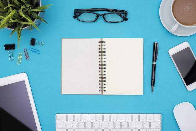 現代的な青のオフィスデスクのテーブルとコンピュータ