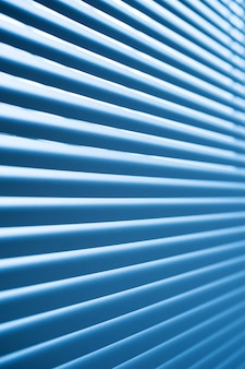 部屋のクローズアップでモダンな青いプラスチック製のシャッターブラインド