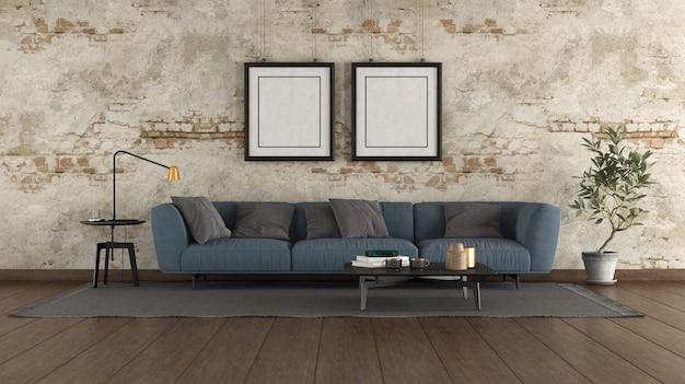 古い部屋のモダンな青いソファ