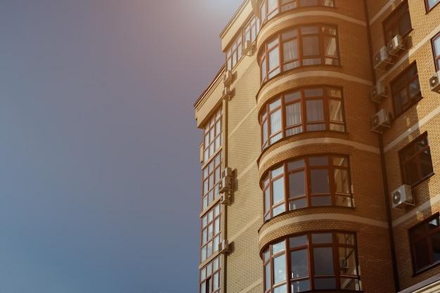 Современный кирпичный дом на фоне голубого неба, копией пространства