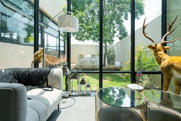 현대적이고 밝고 편안한 실내 아파트 분위기