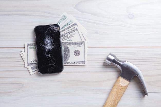 現代の壊れた携帯電話とドル