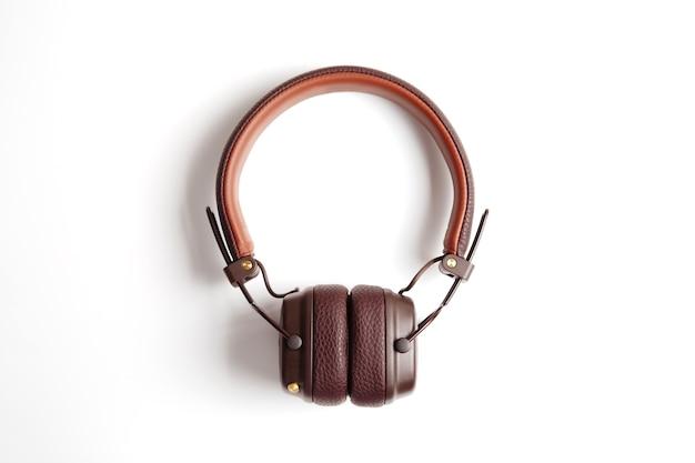 白で隔離のモダンな茶色の革のワイヤレスヘッドフォン