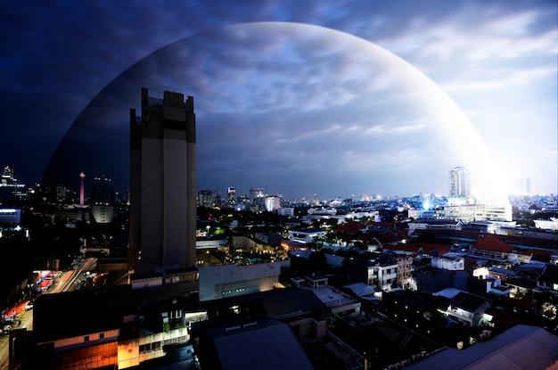 街のドーム保護付きのモダンな建物と高層ビルの眺め