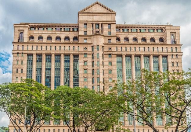 Современное здание и деревья в центре города куала-лумпур