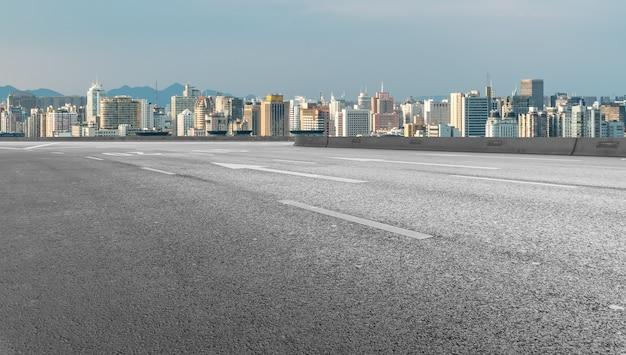 상하이, 중국의 현대적인 건물 배경과 아스팔트 도로