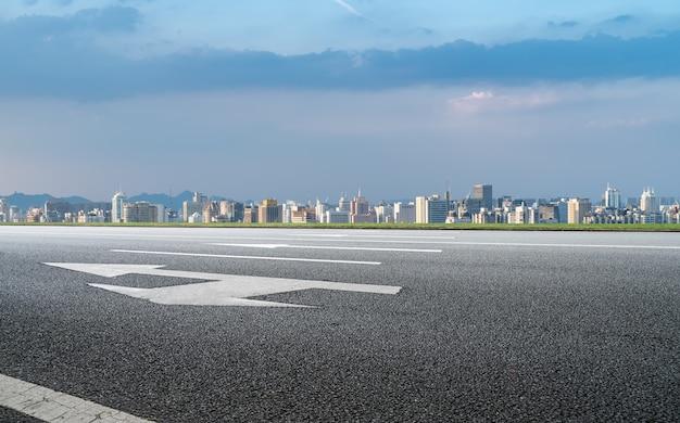 Современное здание фон и асфальтовая дорога в шанхае, китай