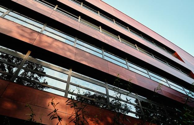 幾何学模様のモダンな建物のファサード