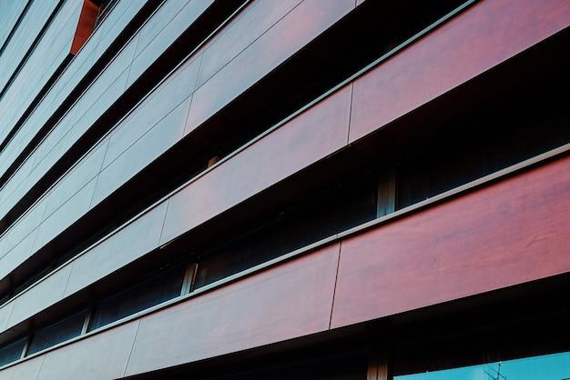 Фасад современного здания с геометрическим рисунком