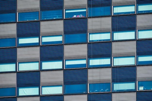 未亡人のいるモダンな建物のファサードがクローズアップ