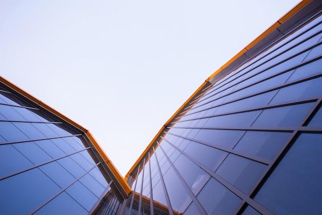 Стеклянная стена современного здания