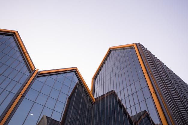 モダンな建物のガラスの壁