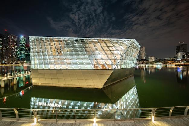 밤에 조명하는 현대 건물