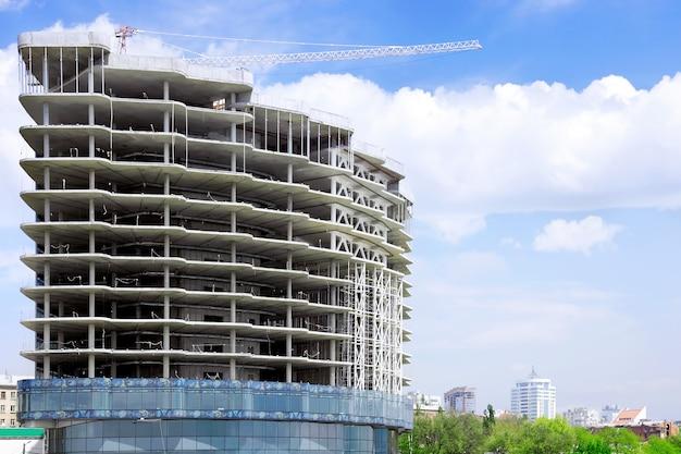 Строящееся современное здание в центре города.