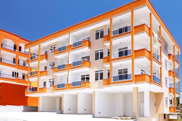 Строящееся современное здание в пригороде.