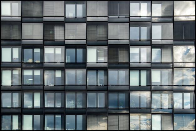 하늘의 아름다움을 반영하는 유리창이있는 현대적인 건물