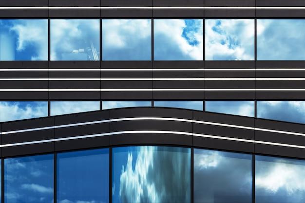대도시의 삶을 조용히 보여주는 유리창이있는 현대적인 건물